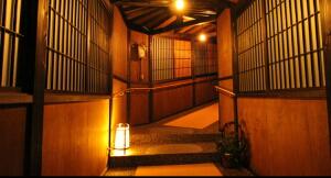 時代屋館内、夜の廊下